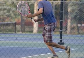 テニスをする人