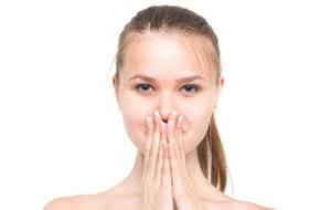 鼻をさわる女性