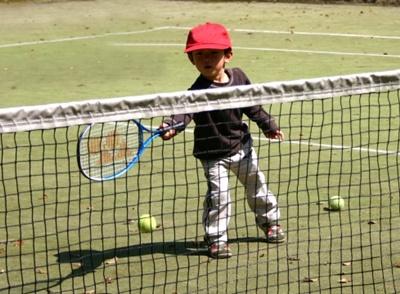 テニスをする子供